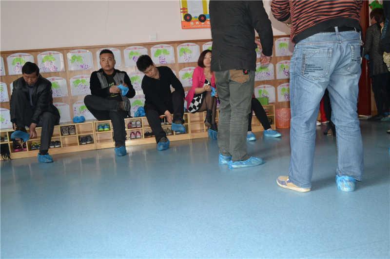 进入教室前家长换鞋套