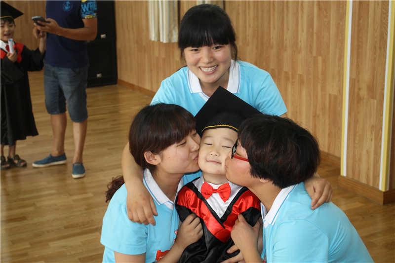 幼儿园实习老师和孩子合影