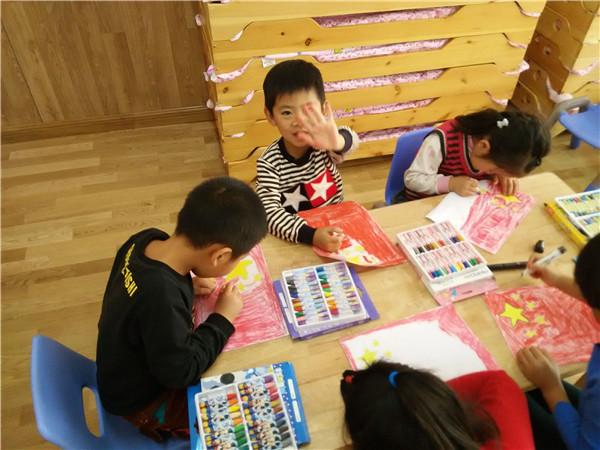 孩子们正在专心地绘画国旗