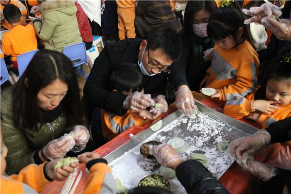 """伴随着新年的喜悦,商外幼儿园开展了""""开心包饺子,快乐过新年""""亲子"""